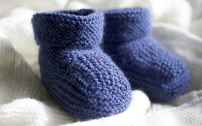 Tricoter des chaussons pour bébé revient à la mode